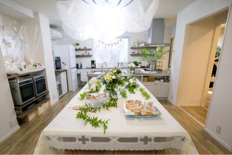 白いシフォンの布とブルーリボンで装飾
